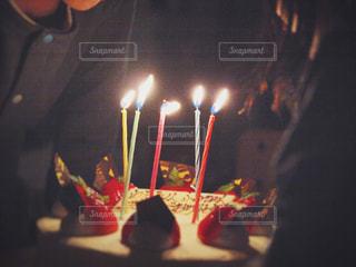 キャンドルとバースデー ケーキの写真・画像素材[1668881]