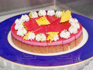 青い皿の上の赤いケーキの写真・画像素材[1671922]