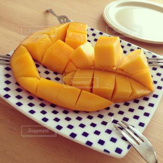 皿の上のマンゴーの写真・画像素材[1764198]