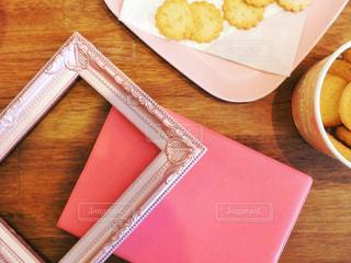 クッキーとピンクのノートの写真・画像素材[1811007]