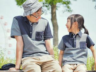 ベンチに座っている親子の写真・画像素材[2168139]