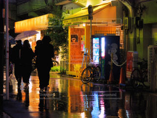 夜,雨,屋外,道路,反射,リフレクション,明るい,梅雨,通り