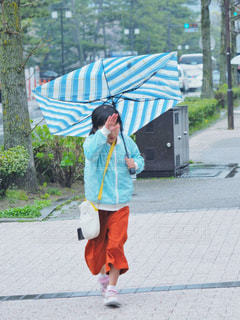 子ども,雨,傘,人物,梅雨,ストライプ,逆さま,土砂降り,オシャレ傘