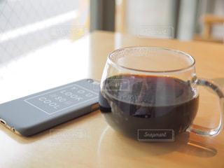 スマホとコーヒーの写真・画像素材[2285640]