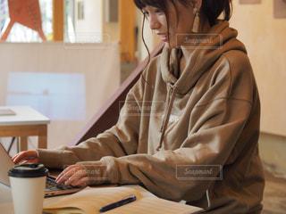 カフェで仕事している女性の写真・画像素材[2504569]