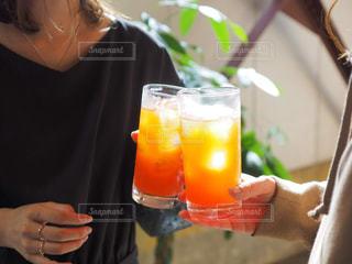 ジュース,かわいい,指輪,女の子,オレンジ,ドレス,指,ストロー,オシャレ,グラス,カクテル,乾杯,ドリンク,女子会,パーティー,カンパイ,ソフトド リンク
