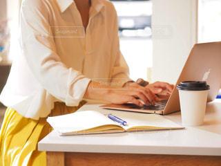 カフェ,パソコン,ノート,仕事,ビジネス,オフィスカジュアル,リモートワーク,ビジネスシーン