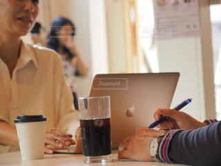 カフェ,パソコン,ノート,仕事,ビジネス,打ち合わせ,オフィスカジュアル,リモートワーク,ビジネスシーン