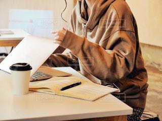 カフェ,女の子,ペン,パソコン,ノート,仕事,ビジネス,オフィスカジュアル,リモートワーク,ビジネスシーン