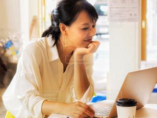 女性,カフェ,コーヒー,パソコン,オシャレ,仕事,ビジネス,考えごと,上品,考え中,オフィスカジュアル,リモートワーク,広報,ビジネスシーン