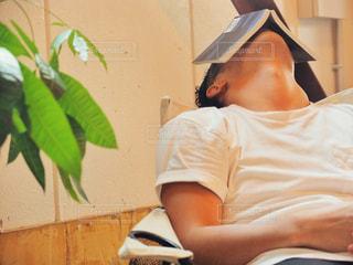 読書に疲れて昼寝している男性の写真・画像素材[2507542]