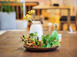 木製のテーブルの上に座っている花瓶の写真・画像素材[2800091]