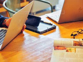 木製のテーブルの上に座っているラップトップコンピュータの写真・画像素材[2885787]