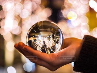 冬,大阪,手,ガラス,光,イルミネーション,人,ガラス玉,玉ボケ,ボケ,イルミ,ニット,グランフロント,水晶玉,グランフロント大阪,シャンパンゴールド
