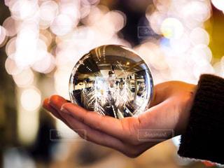 女性,冬,夜,大阪,手,ガラス,光,イルミネーション,人,玉ボケ,ボケ,イルミ,グランフロント,グランフロント大阪,シャンパンゴールド