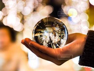 女性,大阪,手,ガラス,光,イルミネーション,人,ガラス玉,イルミ,ニット,グランフロント,水晶玉,ライティング,グランフロント大阪,シャンパンゴールド
