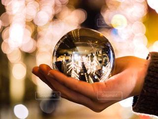 女性,1人,冬,夜,大阪,ガラス,光,鏡,イルミネーション,人,玉ボケ,ボケ,ミラー,グランフロント,グランフロント大阪