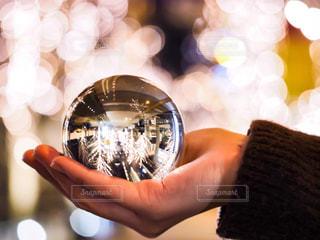 女性,1人,冬,夜,大阪,手,光,イルミネーション,人,明かり,ニット