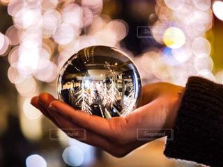 女性,1人,ピンク,ガラス,イルミネーション,ボール,人,音楽,ガラス玉,玉ボケ,ミラー,球体,シャンパンゴールド