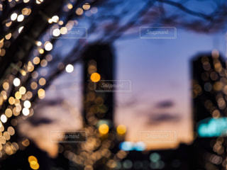 空,群衆,夕焼け,ぼかし,イルミネーション,高層ビル,明るい,玉ボケ,空気