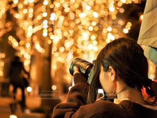 女性,1人,カメラ,夜,木,かわいい,綺麗,光,イルミネーション,人,明かり,明るい,玉ボケ