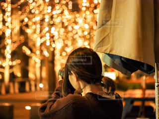 女性,風景,カメラ,夜,木,大阪,ライト,イルミネーション,ライトアップ,人,テント,明るい,ニット,グランフロント