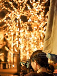 女性,風景,冬,カメラ,夜,木,撮影,樹木,イルミネーション,人物,人,写真,明かり,明るい,シャンパンゴールド
