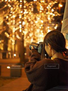 女性,冬,カメラ,夜,大阪,後ろ姿,撮影,光,イルミネーション,人,梅田,明るい,ニット