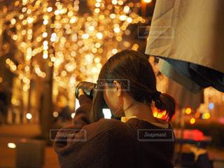女性,1人,風景,冬,カメラ,夜,大阪,後ろ姿,イルミネーション,人,明かり,梅田,明るい,ニット