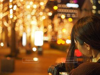 女性,1人,カメラ,夜,大阪,後ろ姿,イルミネーション,人,梅田,明るい,玉ボケ
