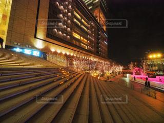 建物,夜,ビル,階段,イルミネーション,ライトアップ,高層ビル,明かり,明るい,電飾,駅ビル