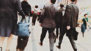 スーツを着て通勤の写真・画像素材[3012773]