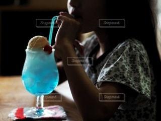 クリームソーダを飲むの写真・画像素材[3533297]