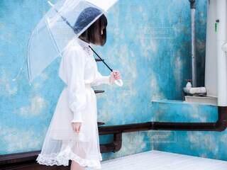 白いドレスと傘の写真・画像素材[3677548]
