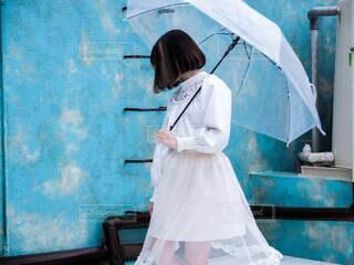 白いドレスを着た女性と傘の写真・画像素材[3677549]