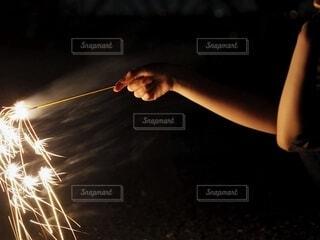 夜,花火,手,暗い,手持ち,人物,火,ポートレート,ライフスタイル,手元,手持ち花火