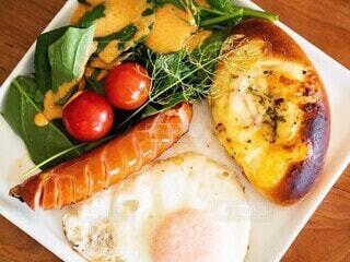 食べ物,朝食,パン,テーブル,野菜,皿,目玉焼き,ミニトマト,サラダ,料理,ソーセージ,プレート,ヴルスト,ジョンソンヴィル
