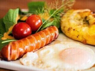 食べ物,朝食,パン,トマト,野菜,目玉焼き,ミニトマト,サラダ,ソーセージ,プレート,ヴルスト,ジョンソンヴィル