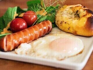 食べ物,朝食,パン,野菜,目玉焼き,ミニトマト,サラダ,ソーセージ,プレート,ヴルスト,ジョンソンヴィル