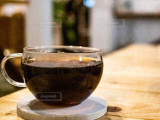 カフェ,コーヒー,屋内,ガラス,テーブル,リラックス,座る,カップ,おうちカフェ,ドリンク,木目,おうち,ライフスタイル,おうち時間