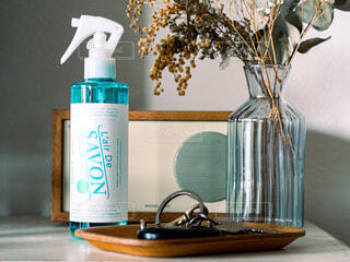 リビング,屋内,部屋,水色,香水,壁,ボトル,日本,寝室,スプレー,匂い,香り,いい匂い,除菌,レールデュサボン,センシュアルタッチ,L'air de SAVON,せっけんの香り,消臭スプレー,ファブリックスプレー