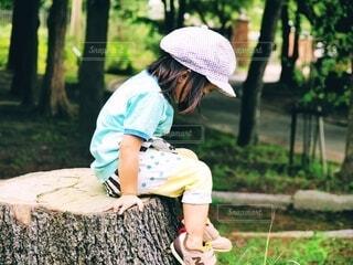 切り株の上に座る娘の写真・画像素材[4672225]