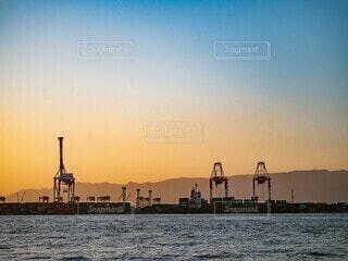夕焼けと工場の写真・画像素材[4854563]