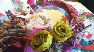 テーブルの上の花の花瓶をのせたプレート - No.940258