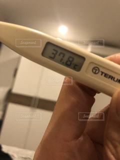 予想外の高熱で体温計を二度見するの写真・画像素材[2937854]