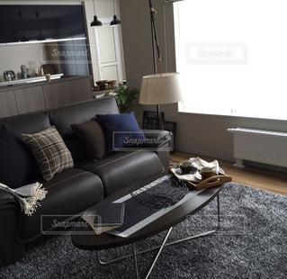 革張りの椅子付きのリビング ルームの写真・画像素材[1008725]
