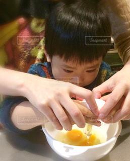 子供,卵,料理,休日,真剣,一緒に,割る