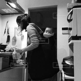 家族,キッチン,親子,赤ちゃん,台所,料理,母,夕飯,ママ,おんぶ,お母さん,準備,忙しい,支度