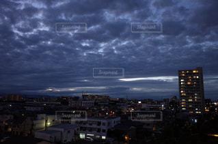 曇り空の街の景色の写真・画像素材[1218927]