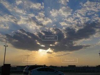 風景,空,屋外,太陽,雲,夕焼け,夕暮れ,光,街中